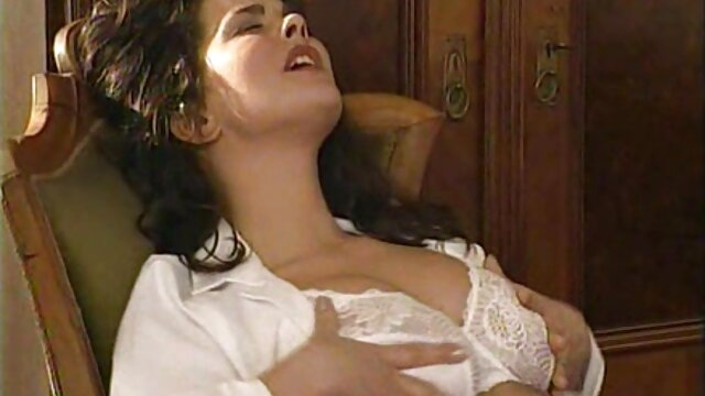 男のディックは、彼女の膝の上に湯たんぽから熱いフェラチオを取得します。 女性 が 見る エロ 動画