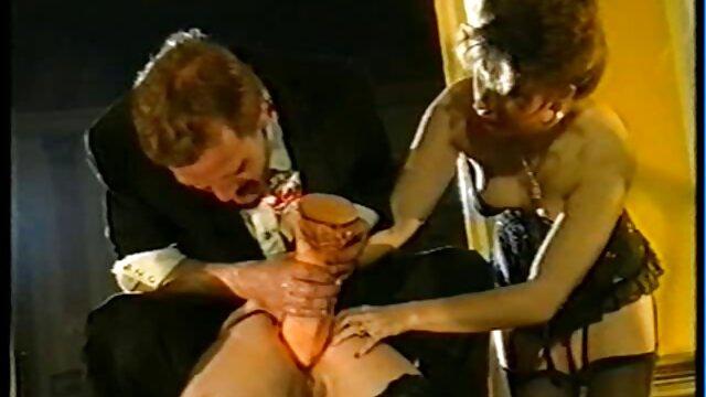 男は彼女に注意を払うとパンストで彼女のセクシーな足に対して彼のコックを強打し、その後、彼とセックスを持っているためにあなたの手から雑誌 男性 向け アダルト 動画