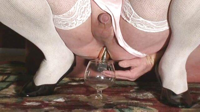 成熟したPornstarsは、ベッドの上でstraponと熱い性交を組織しています。 女 の ため の エロ 動画