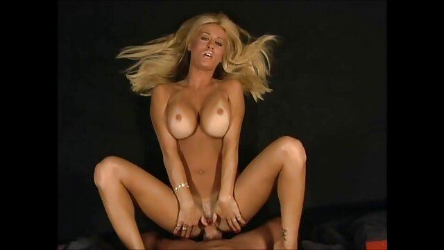 カメラを持つ男の前でポルノの服を押す大人のおもちゃの女の子 女性 向け 無料 エロ 画像