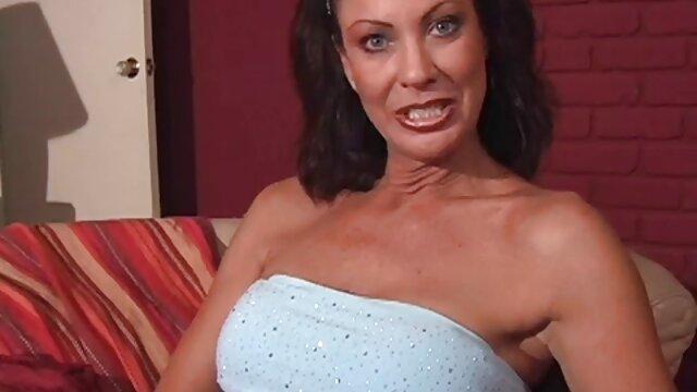 美しい若い女性は、ポルノのインタビュー中に巨根のためのフェラチオのために。 エロ 動画 女 用