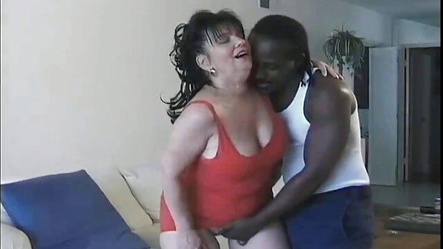 熟女は、潤滑剤を舐めることによって彼女の膣と舌に彼女の指とディルドを押し込むことによって彼女の猫を奪った。 女の子 向け エロ アニメ